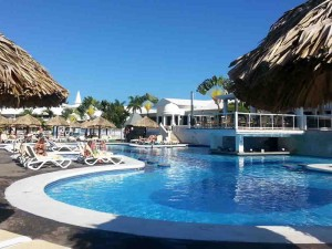 The main swimming pool at Clubhotel Riu Negril