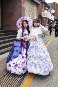 Hanbok girls posing for photos